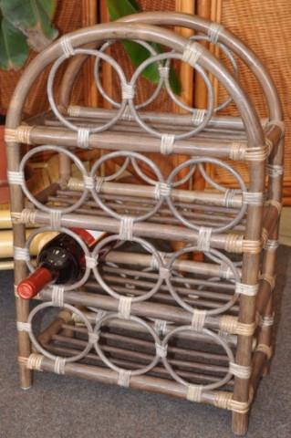 Ratanový stojánek na víno